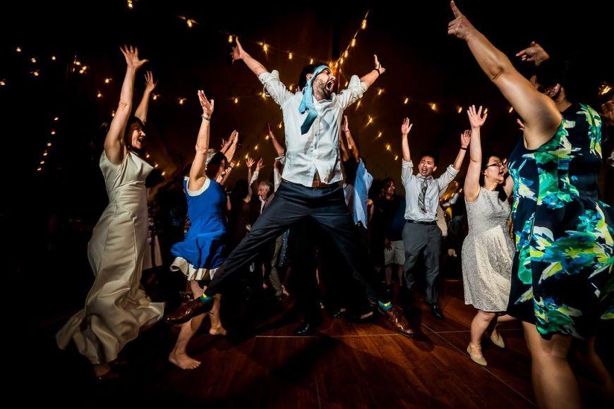 une soirée de mariage endiablée avec le marié qui danse au milieu de ses invités, sans oublier de mettre la cravate sur la tete :)