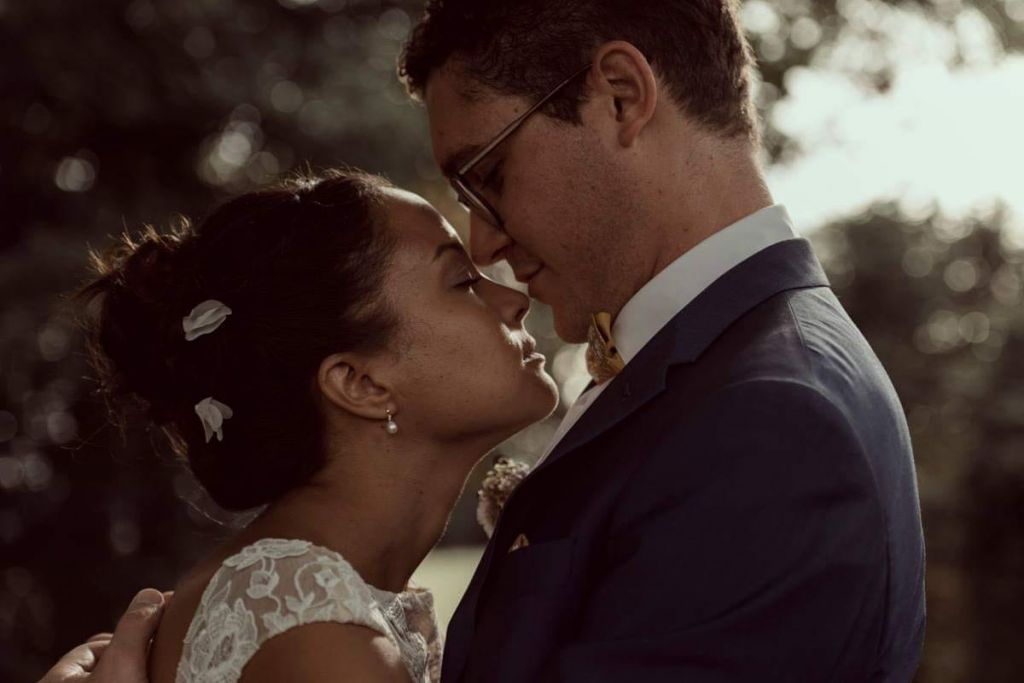 Moment d'emotion durant la seance photo de couple avec les mariés le jour du mariage