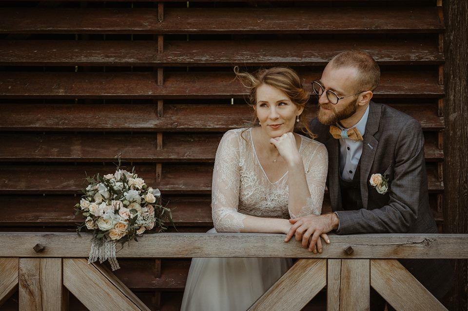 une photo de couple inspirante avec les mariés le lendemain du mariage (un superbe bouquet de fleurs rond et un noeud papillon)