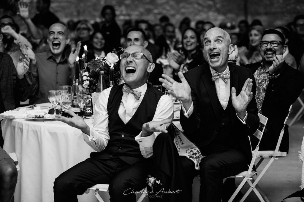 les visages hilards des invités le jour du mariage endant la soirée