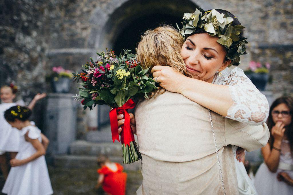 Photo de famille - Un instant rempli d'émotions auprès de ses proches pour cette mariée… Photo ©Juliette Devynck. Trouvez le photographe de mariage qui correspond à votre style sur www.regardauteur.com #mariage #wedding #photographe #photodegroupe #famille #bouquet #mariée