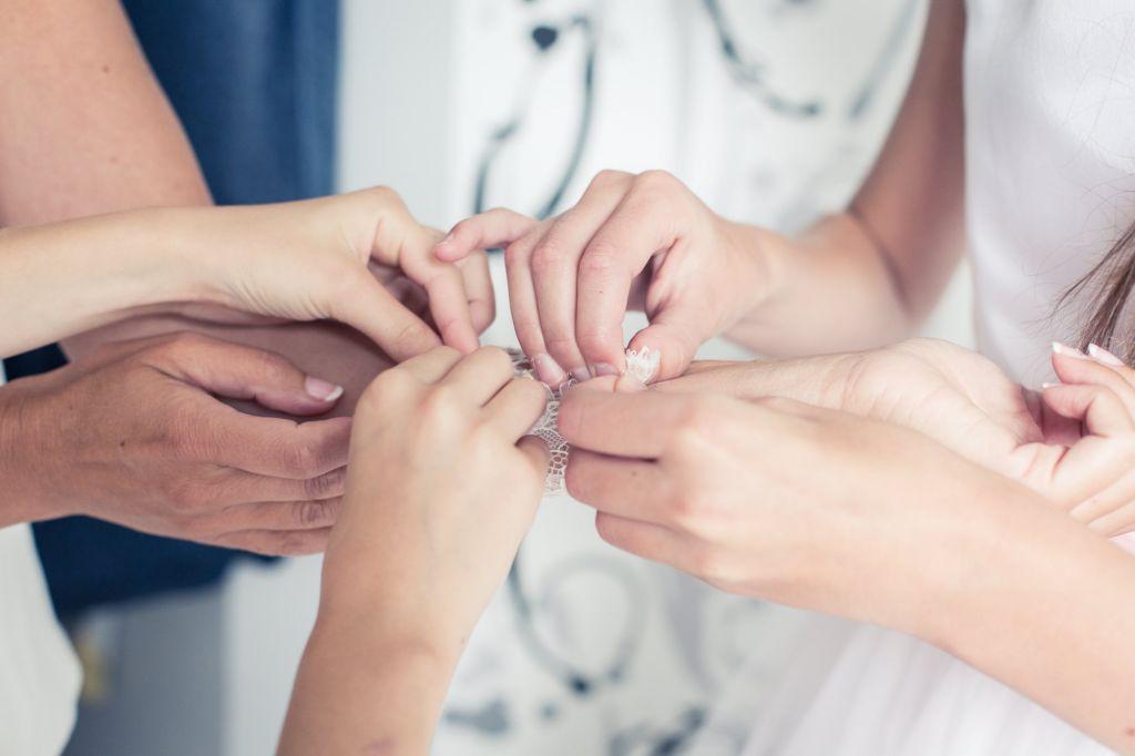 La préparation de la mariée : Les accessoires - Parce que la préparation de la mariée est aussi un moment de partage et d'entre-aide… Photo ©Didier Kapitza. Trouvez le photographe de mariage qui correspond à votre style sur www.regardauteur.com #mariage #wedding #photographe #préparationdelamariée #accessoires #mariée #demoisellesdhonneur