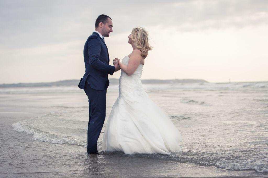 Photo de couple à la mer - Juste deux amoureux bercés par les vagues de la mer… Photo ©Didier Kapitza. Trouvez le photographe de mariage qui correspond à votre style sur www.regardauteur.com #mariage #wedding #photographe #photodecouple #mer #couple #love #vaques #robemariée #robeevasée
