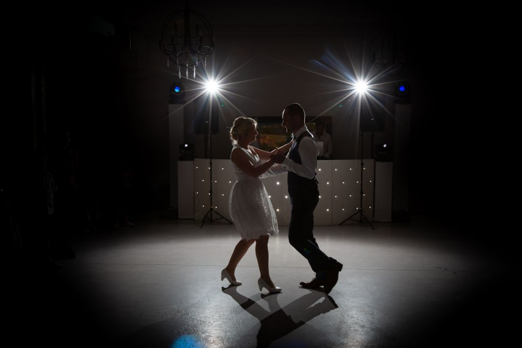 Première danse - Juste deux amoureux lors de leur première danse…  Photo ©Didier Kapitza. Trouvez le photographe de mariage qui correspond à votre style sur www.regardauteur.com #mariage #wedding #photographe #photodecouple #premièredanse #robemariée #robecourte #mariés