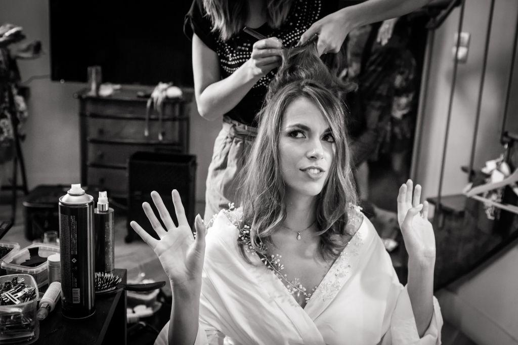 La coiffure - Parce que la préparation de la mariée est le moment idéal pour se détendre avant la cérémonie. Photo ©Virginie Laurencin. Trouvez le <a href=