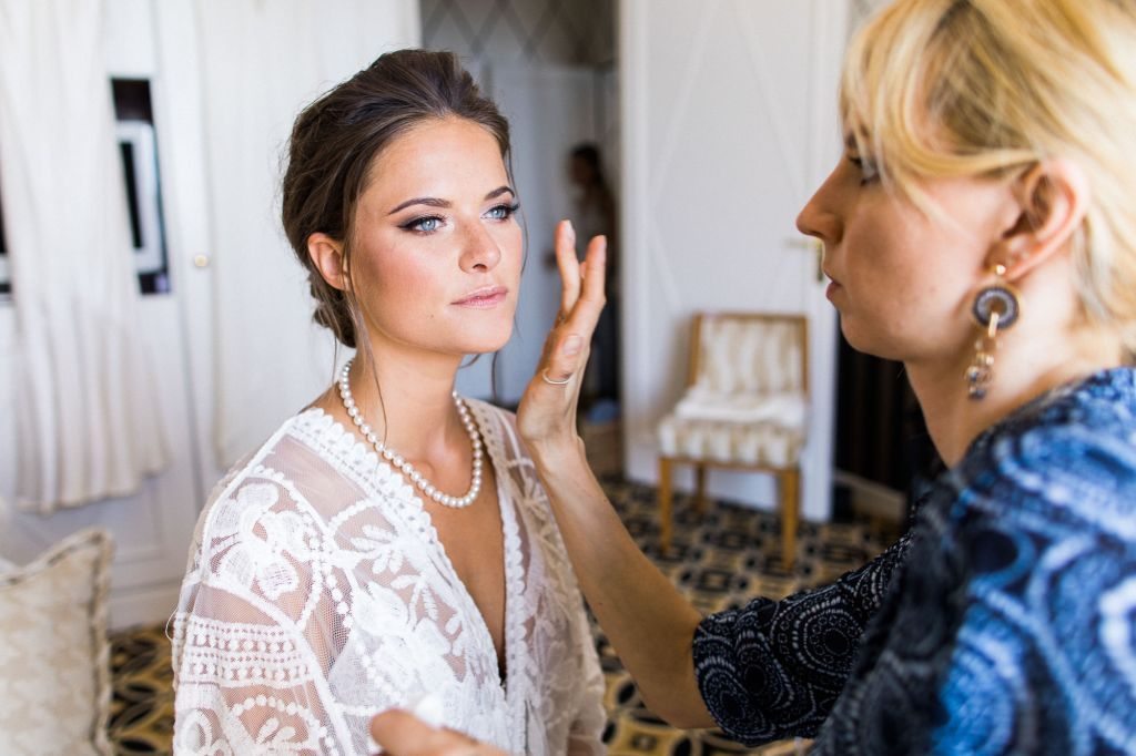 La mise en beauté - Voici une mise en beauté simple et élégante pour cette belle mariée ! Photo ©Sylvain Bouzat . Trouvez le <a href=