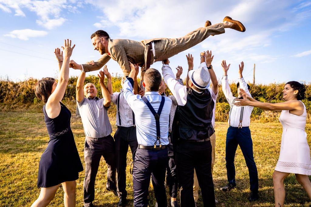 Le marié et ses proches - Car le mariage est aussi un moment de partage avec ceux qu'on aime !  Photo ©Thomas Pellet . Trouvez le <a href=