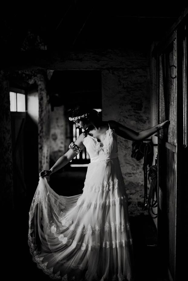 Marquée à la taille et coupe drapée, cette robe de mariée empire vous apportera l'élégance d'une déesse grecque. Photo ©Yoann Pallier. Trouvez le photographe de mariage qui correspond à votre style sur www.regardauteur.com #mariage#wedding #photographe #robe#robemariée #robeempire #noiretblanc
