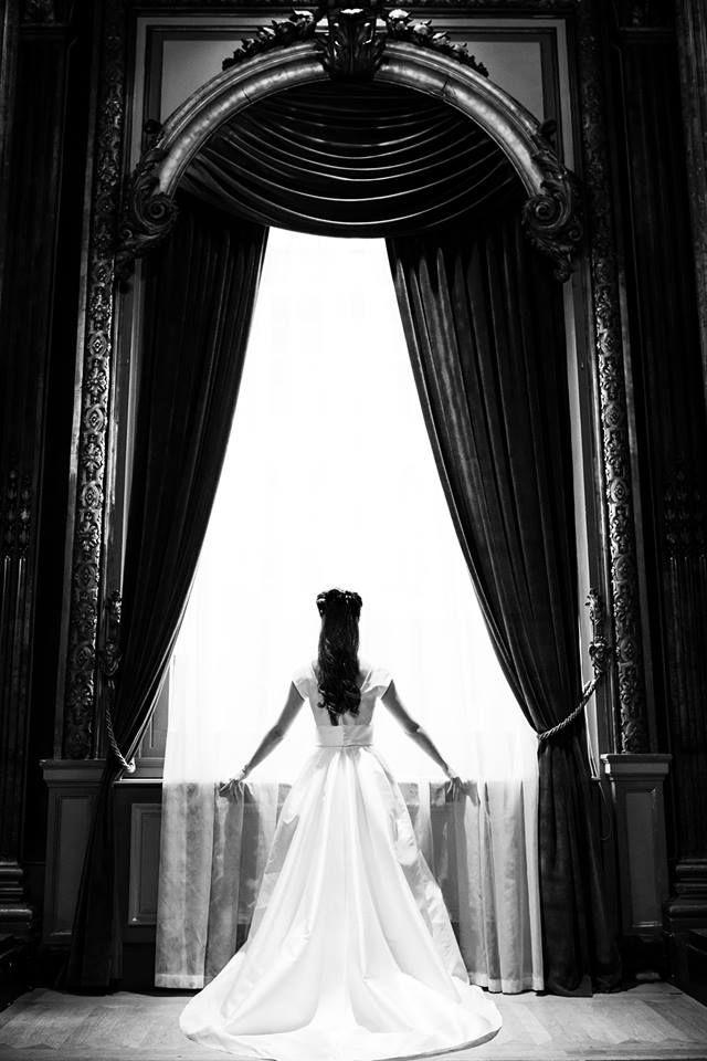 Robe de mariée princesse - Coup de coeur pour cette robe princesse au tissu satiné qui va à ravir à cette mariée ! Photo ©Julien Maria. Trouvez le photographe de mariage qui correspond à votre style sur www.regardauteur.com #mariage #wedding #photographe #robemariée #princesse #traîne #noiretblanc #satin