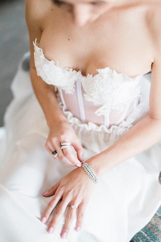 Accessoires - On adore ce bracelet argenté et les bagues assorties !  Photo ©Christophe Serrano. Trouvez le photographe de mariage qui correspond à votre style sur www.regardauteur.com #mariage #wedding #photographe #robemariée #accessoires #bracelet #bague
