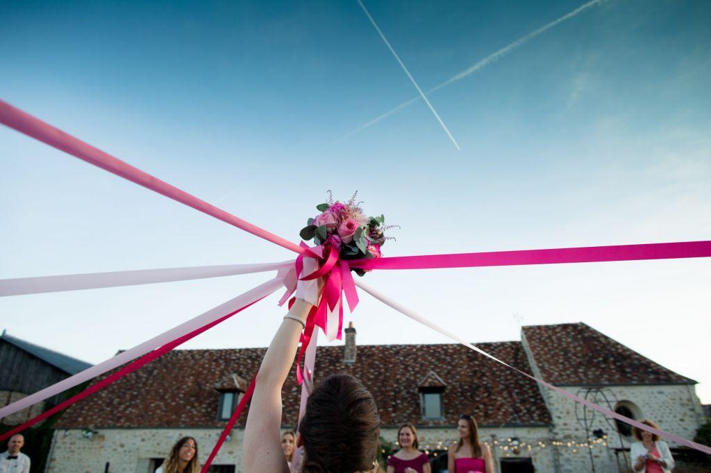 Bouquet rond - Voici un superbe bouquet rond aux nuances rosées attaché de toute part avec de beaux rubans roses !  Photo ©Coralie Garavel. Trouvez le <a href=