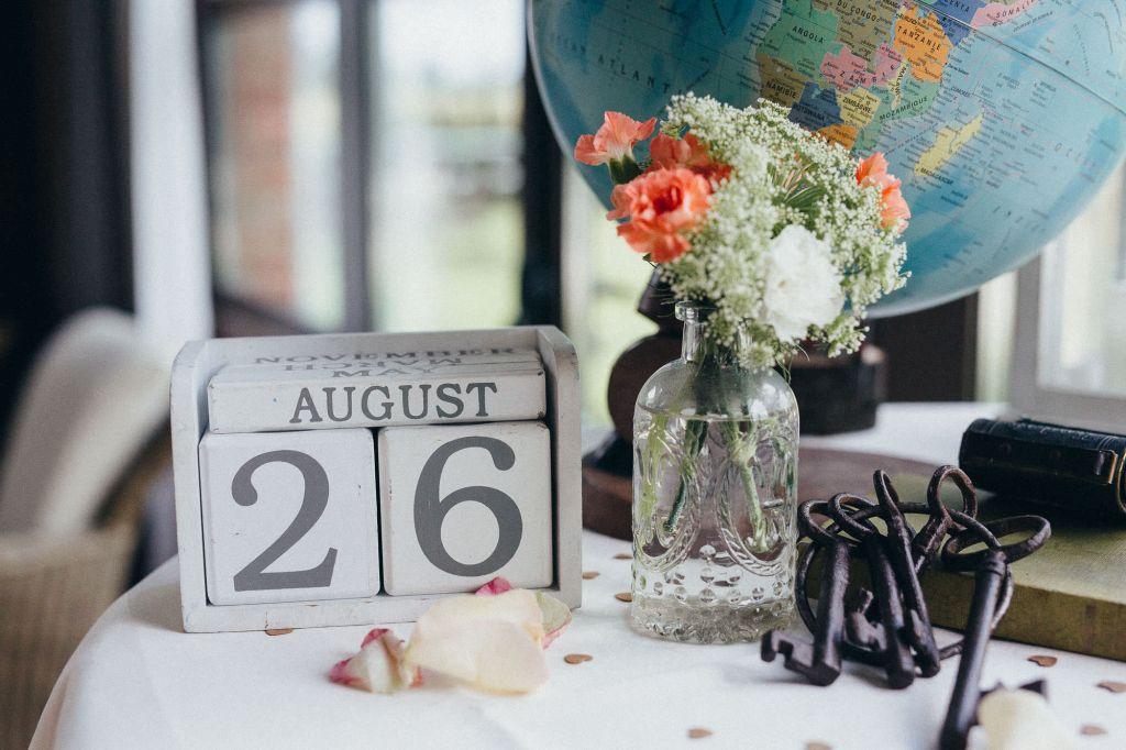 Envie d'une décoration qui fait voyager le jour de votre mariage ?!  Photo ©Juliette Devynck. Trouvez le photographe de mariage qui correspond à votre style sur www.regardauteur.com #mariage #wedding #photographe #décoration #globe #calendrier #clés #voyage #bouquet