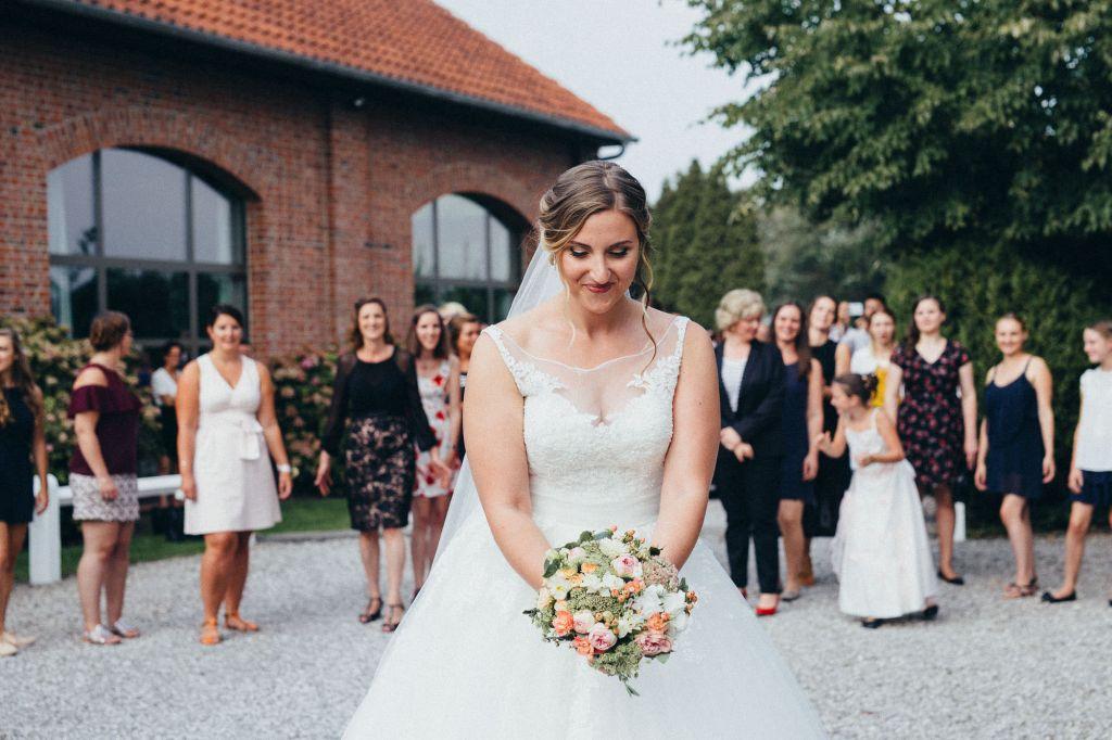 Le lancer de bouquet - Parce que le mariage est aussi un moment de partage !  Photo ©Juliette Devynck. Trouvez le photographe de mariage qui correspond à votre style sur www.regardauteur.com #mariage #wedding #photographe #lancerbouquet #bouquet #robe #mariée