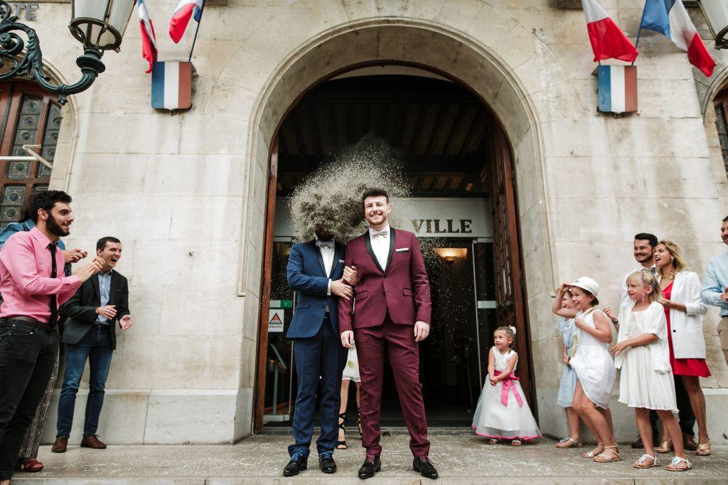 Sortie de mairie - Le timing parfait pour cette sortie de mairie ! Photo ©Frédéric Trin. Trouvez le photographe de mariage qui correspond à votre style sur www.regardauteur.com #mariage #wedding #photographe #cérémonie #sortie #mairie #humour #lancer #riz