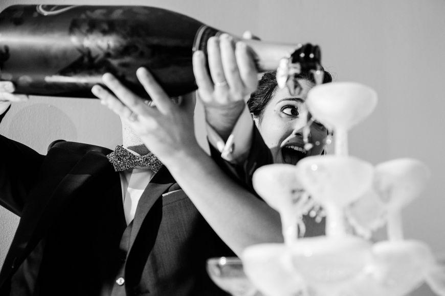Fontaine de champagne - Superbe photo de ce couple de jeunes mariés qui versent le champagne !  Photo ©Pierre et Julia. Trouvez le photographe de mariage qui correspond à votre style sur www.regardauteur.com #mariage #wedding #photographe #couple #noiretblanc #fontaine #champagne #réception