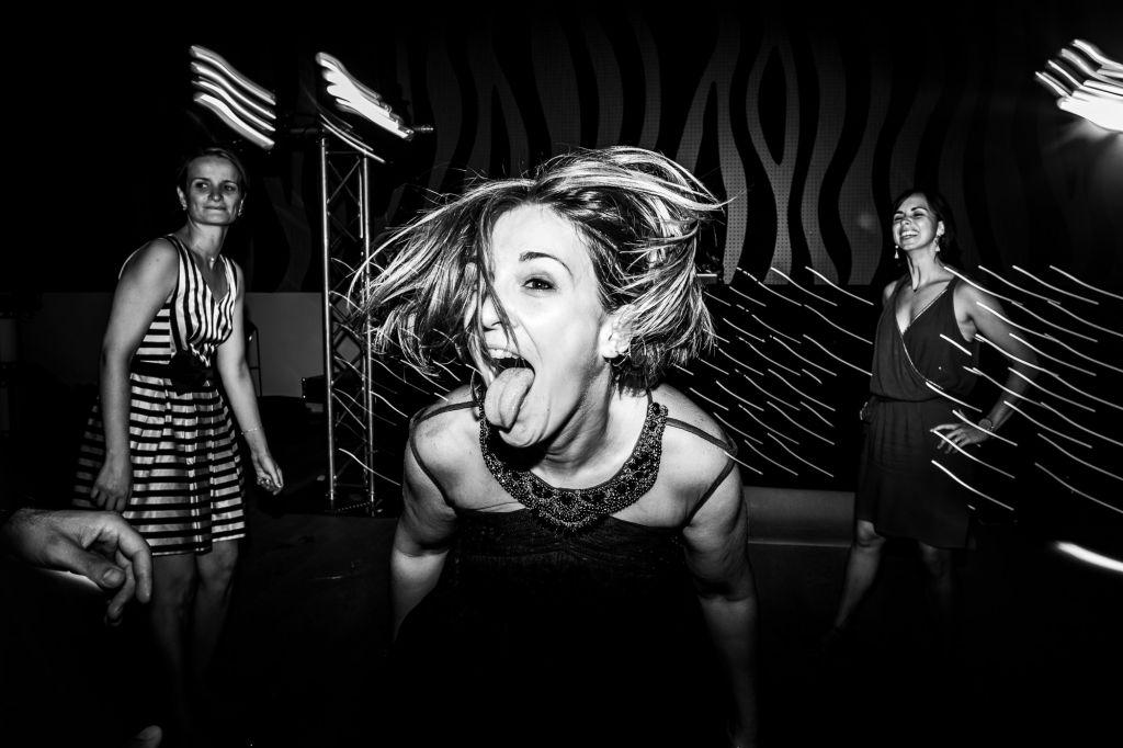 La danse - Une photo pleine de joie et de bonne humeur ! Photo ©Bastien Hajduk. Trouvez le photographe de mariage qui correspond à votre style sur www.regardauteur.com #mariage #wedding #photographe #photo #groupe #danse #noiretblanc