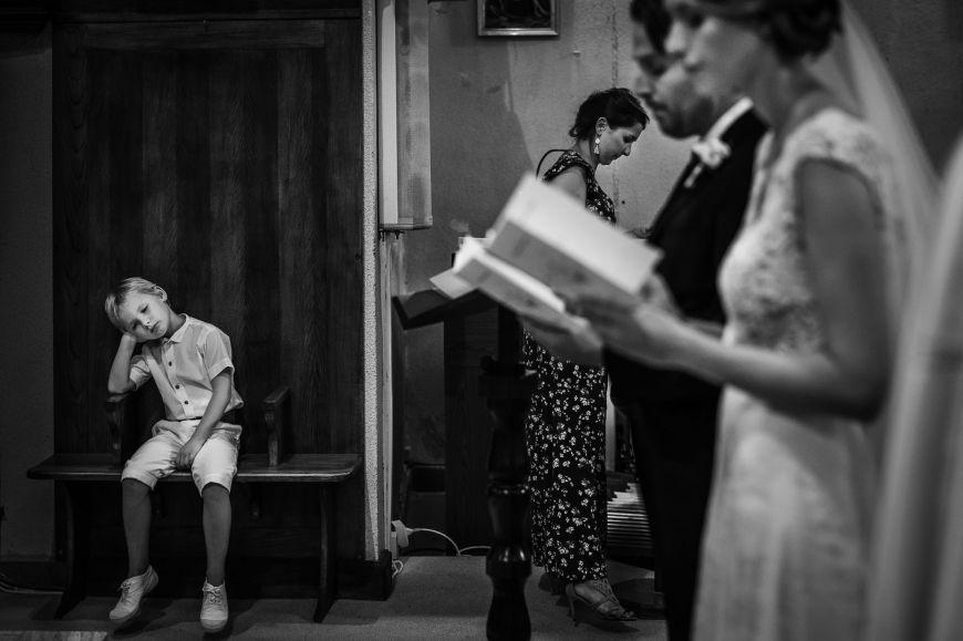Les enfants - On adore cette photo d'un petit garçon qui attend patiemment la fin de la cérémonie ! Photo ©Benjamin Brette. Trouvez le photographe de mariage qui correspond à votre style sur www.regardauteur.com #mariage #wedding #photographe #cérémonie #enfant #garçon #noiretblanc