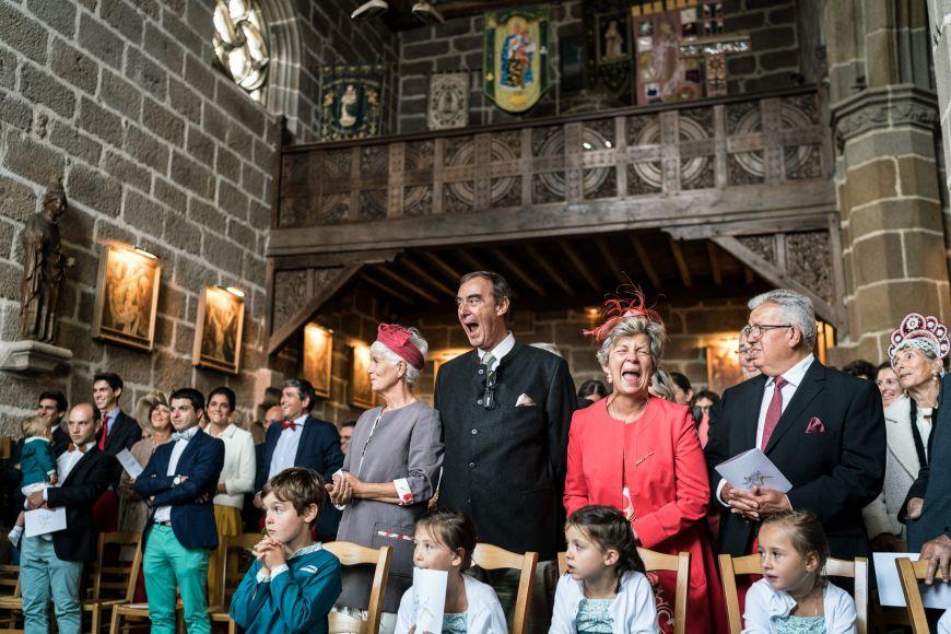 Les chants - Une photo pleine d'humour pour cette cérémonie ! Photo ©Patrick Lombaert. Trouvez le photographe de mariage qui correspond à votre style sur www.regardauteur.com #mariage #wedding #photographe #cérémonie
