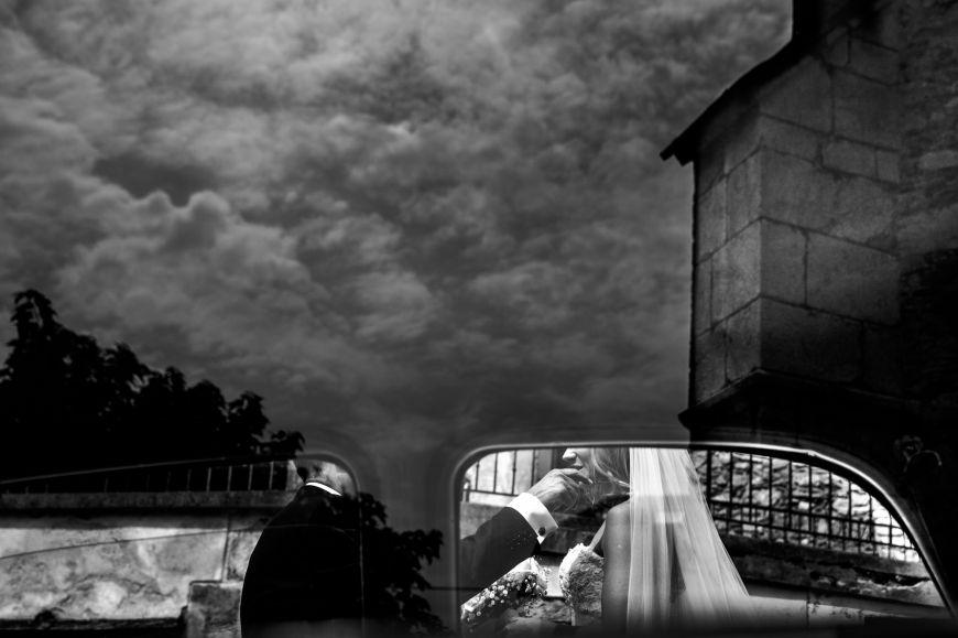 Le reflet - Ce couple de jeunes mariés qu'on aperçoit à travers les fenêtres de la voiture, accompagnés du reflet du ciel nuageux… Photo ©Marie Lou Photographie. Trouvez le photographe de mariage qui correspond à votre style sur www.regardauteur.com #mariage #wedding #photographe #couple #voiture #noiretblanc #reflet #nuages