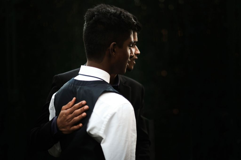 Le garçon d'honneur - On adore cette photo du marié et de son témoin ! Photo ©Laurent Piccolillo. Trouvez le photographe de mariage qui correspond à votre style sur www.regardauteur.com #mariage #wedding #photographe #photo #groupe #garçondhonneur #marié #amitié