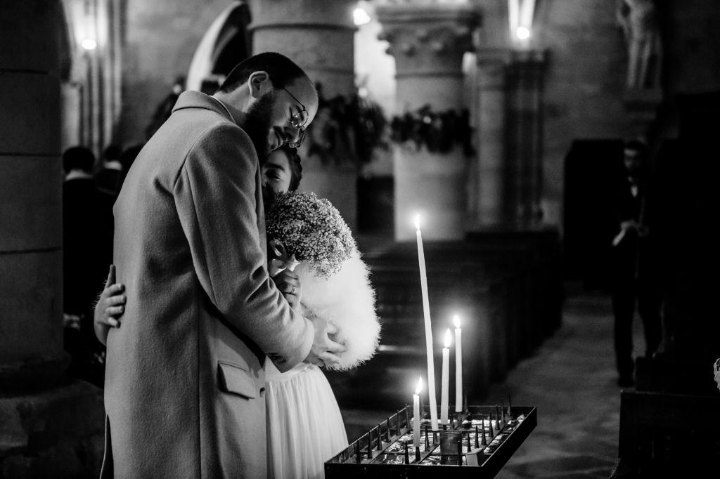 Moment d'émotion - Une photo en noir et blanc remplie d'émotion ! Photo ©Cedric Derbaise. Trouvez le photographe de mariage qui correspond à votre style sur www.regardauteur.com #mariage #wedding #photographe #cérémonie #noiretblanc #mariée #bougies #émotion