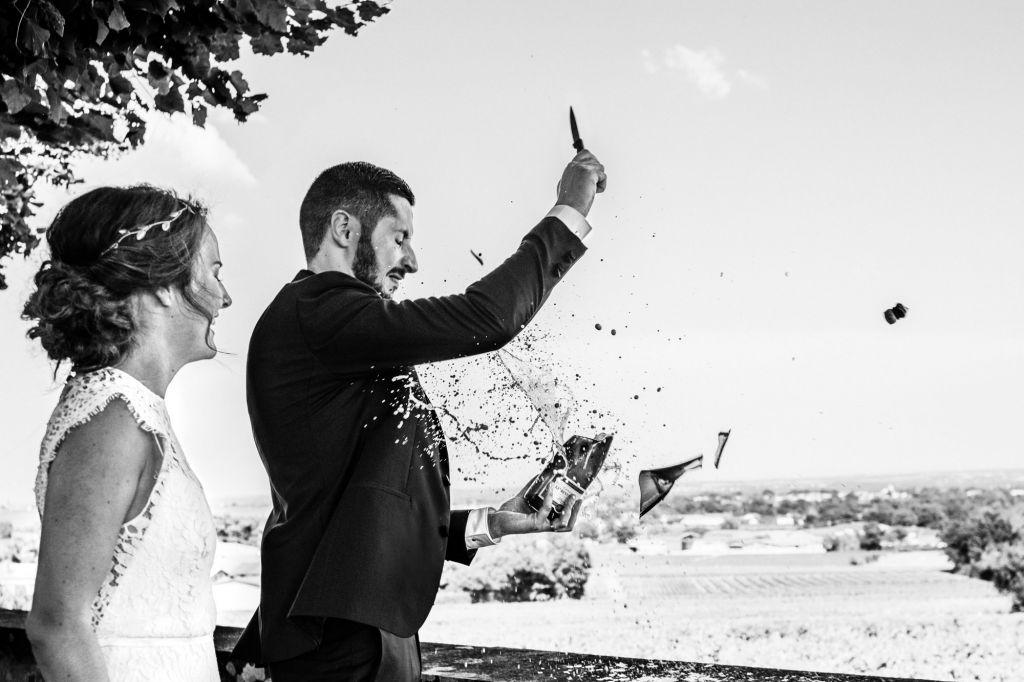 Le champagne - Superbe photo de cette bouteille qui éclate en morceaux ! Photo ©Alison Bounce. Trouvez le photographe de mariage qui correspond à votre style sur www.regardauteur.com #mariage #wedding #photographe #couple #champagne #mouvement #noiretblanc