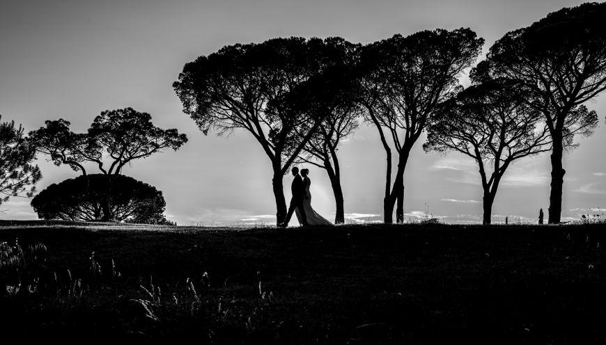 Photo d'un couple en promenade - Une photo en noir et blanc au paysage époustouflant ! Photo ©Lonata Montulé. Trouvez le photographe de mariage qui correspond à votre style sur www.regardauteur.com #mariage #wedding #photographe #couple #noiretblanc #paysage