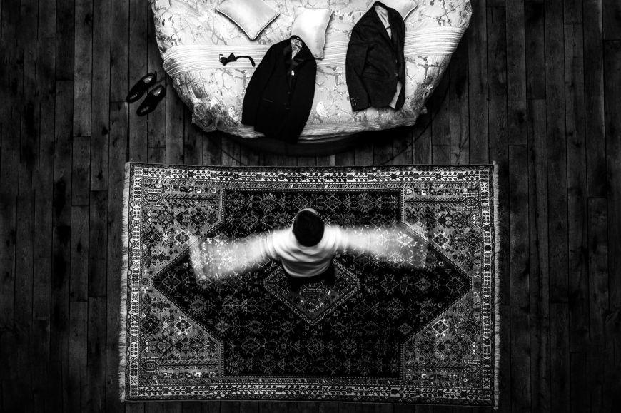 Préparation du marié  - Capturer le mouvement… Photo ©Alison Bounce. Trouvez le photographe de mariage qui correspond à votre style sur www.regardauteur.com #mariage #wedding #photographe #préparation #marié #mouvement #noiretblanc
