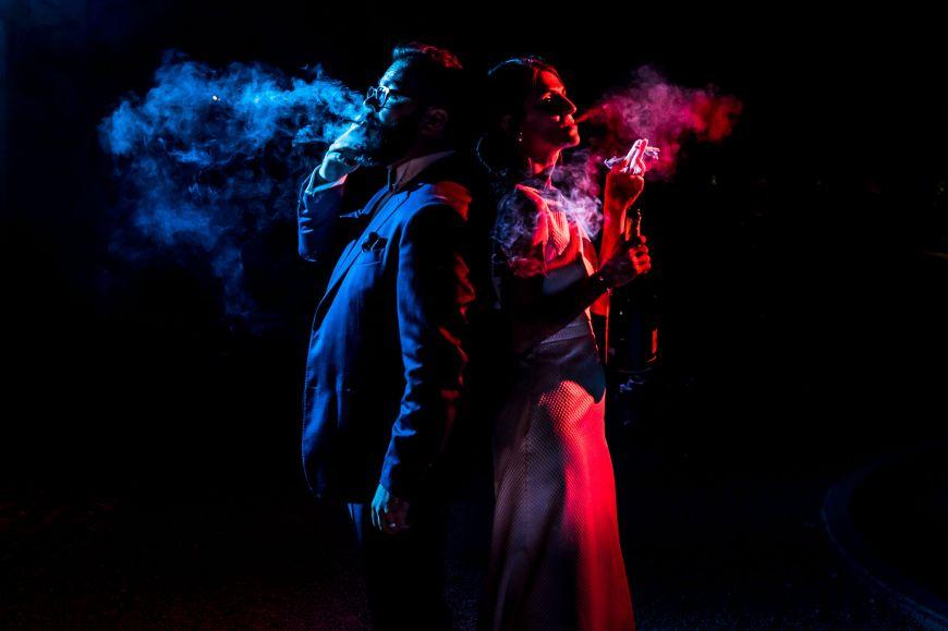Photo de couple originale - Fumée et bouteille de champagne, voici une photo de couple originale ! Photo ©Benjamin Brette. Trouvez le photographe de mariage qui correspond à votre style sur www.regardauteur.com #mariage #wedding #photographe #photo #couple #lumières #fumée #cigarette #champagne