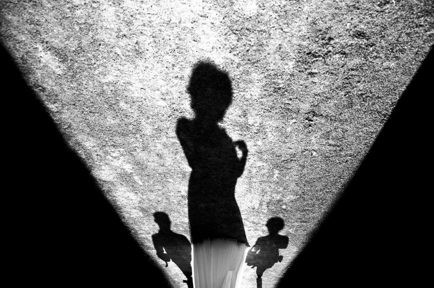 Jeu d'ombre - L'ombre de cette mariée… Photo ©Marie Lou Photographie. Trouvez le photographe de mariage qui correspond à votre style sur www.regardauteur.com #mariage #wedding #photographe #groupe #mariée #ombre #lumière