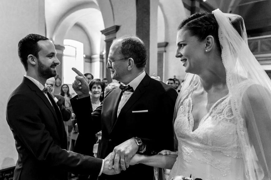 La remontée de l'allée - Un père qui remet sa fille à son époux avec humour !  Photo ©Lonata Montulé. Trouvez le photographe de mariage qui correspond à votre style sur www.regardauteur.com #mariage #wedding #photographe #photo #cérémonie #père #mariée #remontée #allée #noiretblanc #humour