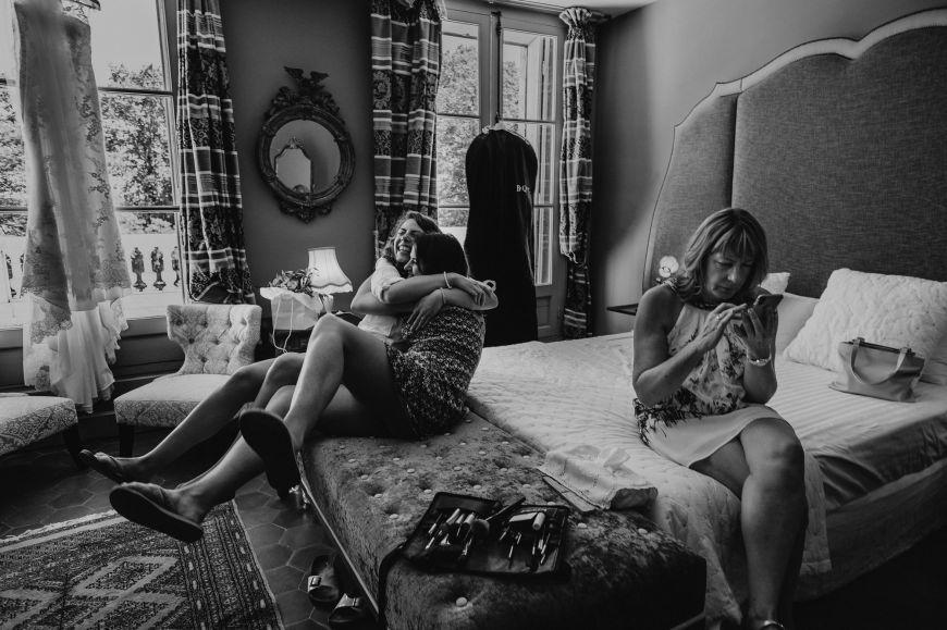 La demoiselle d'honneur - Une amitié intense entre la mariée et sa demoiselle d'honneur ! Photo ©Laurent Piccolillo. Trouvez le photographe de mariage qui correspond à votre style sur www.regardauteur.com #mariage #wedding #photographe #photo #groupe #demoiselledhonneur #mariée #amitié