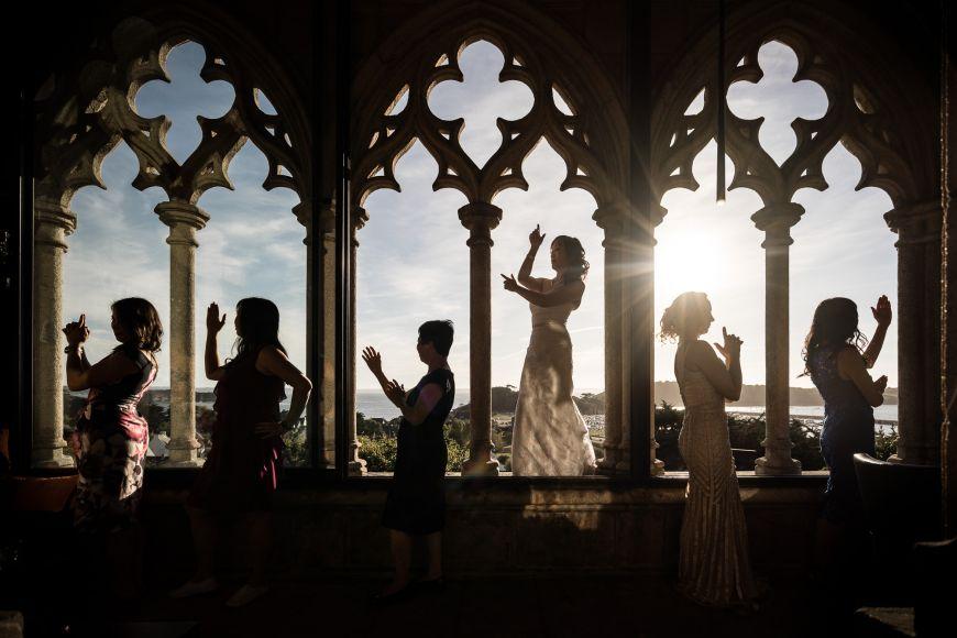 La danse - La mariée et ses demoiselles d'honneur lors d'une danse indienne ! Photo ©Patrick Lombaert. Trouvez le photographe de mariage qui correspond à votre style sur www.regardauteur.com #mariage #wedding #photographe #groupe #mariée #danse #indienne #voûtes