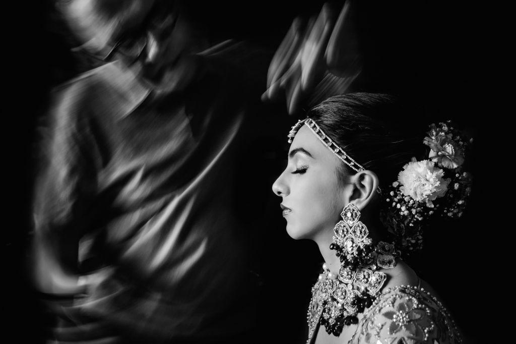 La mise en beauté - On adore le contraste entre le mouvement et la mariée figée lors de sa mise en beauté ! Photo ©William Lambelet. Trouvez le photographe de mariage qui correspond à votre style sur www.regardauteur.com #mariage #wedding #photographe #préparation #mariée #miseenbeauté