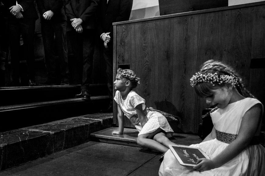 Les enfants - Deux petites filles qui patientent lors de la cérémonie ! Photo ©Marie Lou Photographie. Trouvez le photographe de mariage qui correspond à votre style sur www.regardauteur.com #mariage #wedding #photographe #cérémonie #noiretblanc #enfants #filles