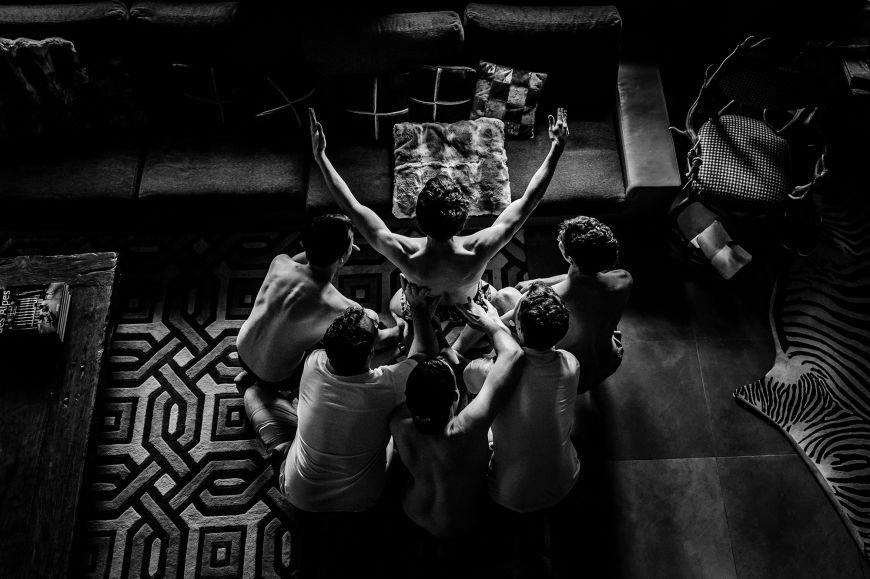 Le rituel - Une photo en noir et blanc à couper le souffle lors de la préparation du marié ! Photo ©Florent Cattelain. Trouvez le photographe de mariage qui correspond à votre style sur www.regardauteur.com #mariage #wedding #photographe #couple #voiture #noiretblanc #reflet #nuage