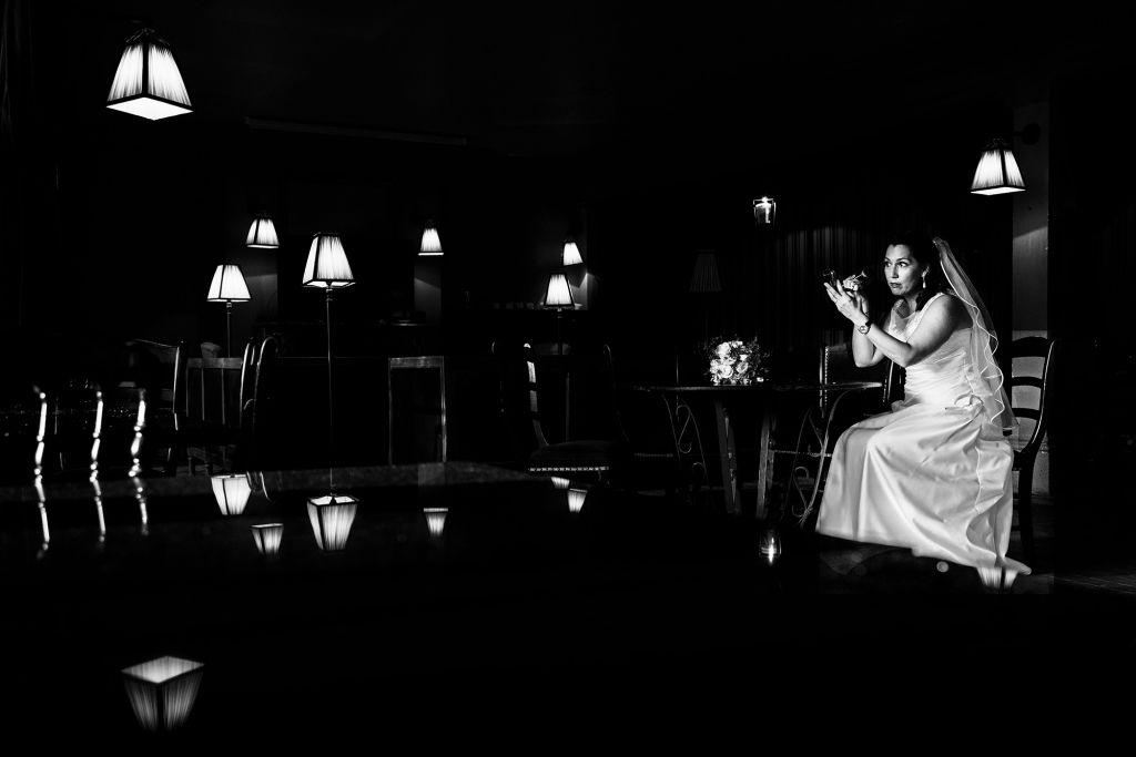La mise en beauté - Au milieu des lumières tamisées des lampadaires, il est l'heure d'une petite pause maquillage ! Photo ©Julien Maria. Trouvez le photographe de mariage qui correspond à votre style sur www.regardauteur.com #mariage #wedding #photographe #préparation #mariée #miseenbeauté #lumières #lampadaires #noiretblanc