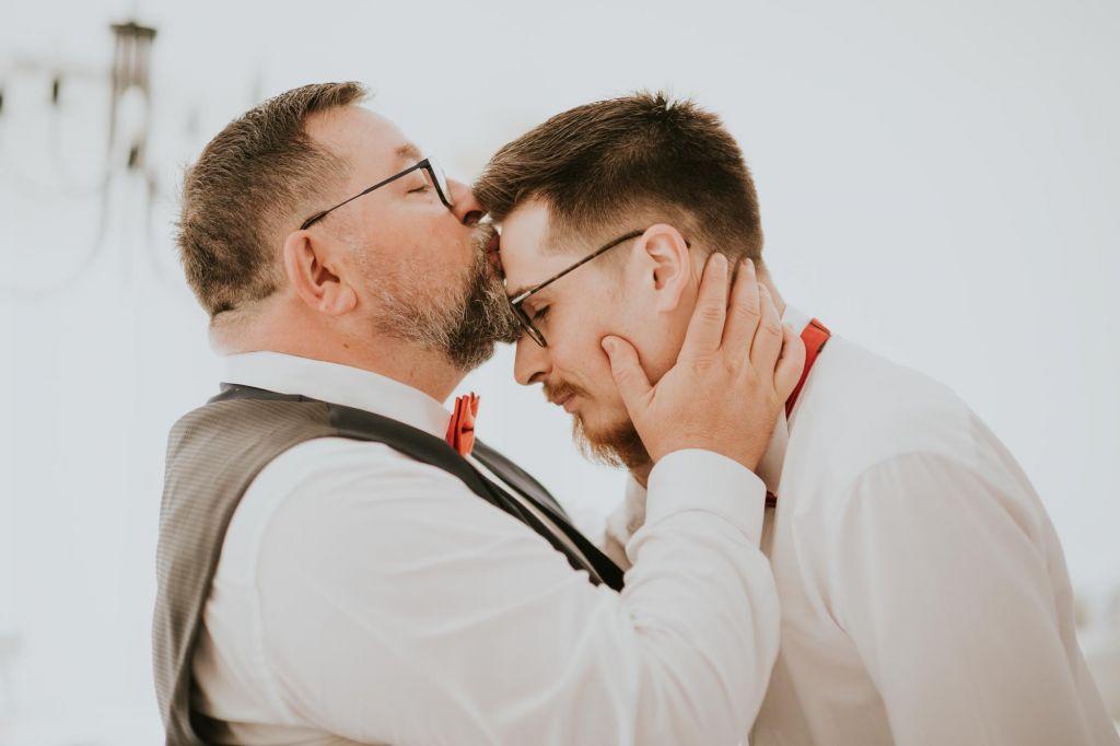 Les proches - Voici une photo remplie d'amour ! Photo ©Cédric Nicolle. Trouvez le photographe de mariage qui correspond à votre style sur www.regardauteur.com #mariage #wedding #photographe #groupe #famille