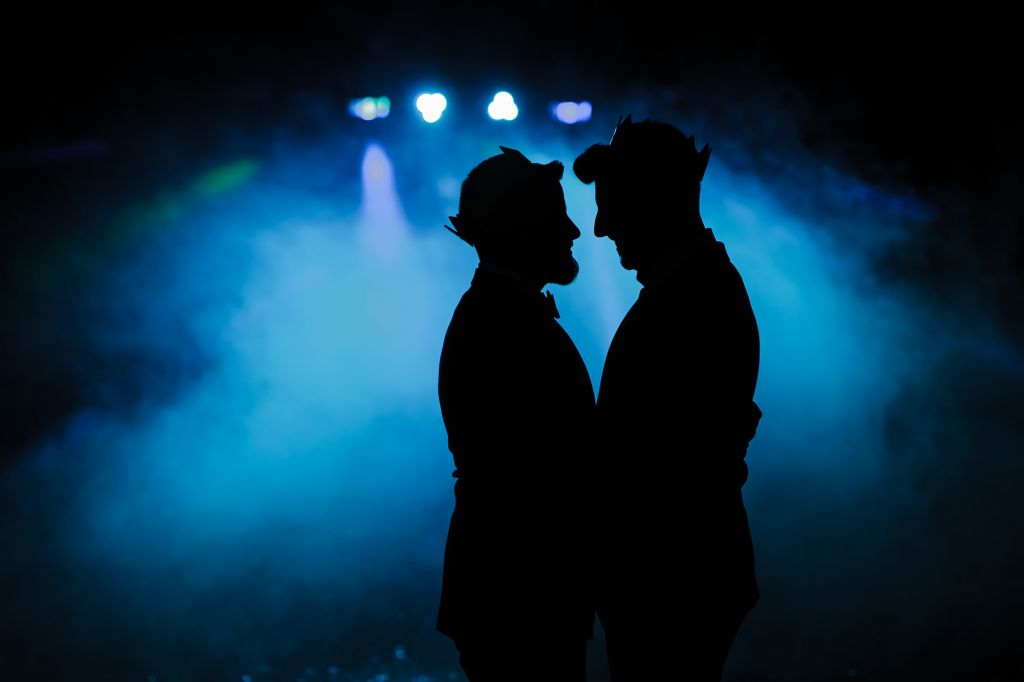 Photo de couple silhouettes - On adore le jeu d'ombre et de lumière pour ce couple de jeunes mariés ! Photo ©Frédéric Trin. Trouvez le photographe de mariage qui correspond à votre style sur www.regardauteur.com #mariage #wedding #photographe #couple #ombre #lumière #silhouette #projecteurs