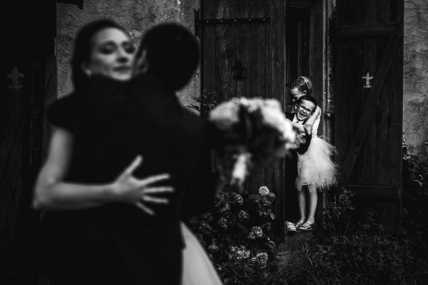 Les enfants - Juste deux enfants en train d'espionner les jeunes mariés ! Photo ©Olivier Fréchard. Trouvez le photographe de mariage qui correspond à votre style sur www.regardauteur.com #mariage #wedding #photographe #groupe #enfants  #mariés #noiretblanc