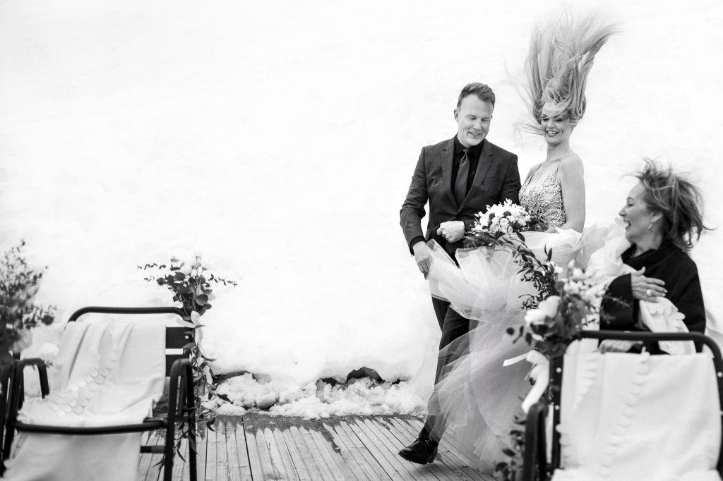 Coup de vent - Lorsque le vent n'en fait qu'à sa tête ! Photo ©Sylvain Bouzat. Trouvez le photographe de mariage qui correspond à votre style sur www.regardauteur.com #mariage #wedding #photographe #groupe #couple #noiretblanc  #humour