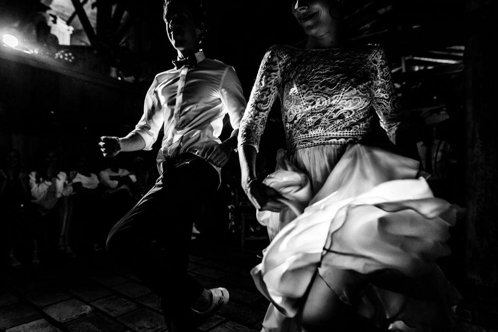 Première danse humoristique - Voici une première danse pleine d'humour et d'énergie pour ces jeunes mariés ! Photo ©Florent Cattelain. Trouvez le photographe de mariage qui correspond à votre style sur www.regardauteur.com #mariage #wedding #photographe #couple #noiretblanc #première #danse #humour