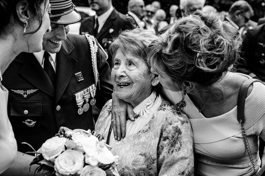La famille - Une photo de famille remplie d'émotion ! Photo ©Florent Cattelain. Trouvez le photographe de mariage qui correspond à votre style sur www.regardauteur.com #mariage #wedding #photographe #groupe #famille #noiretblanc
