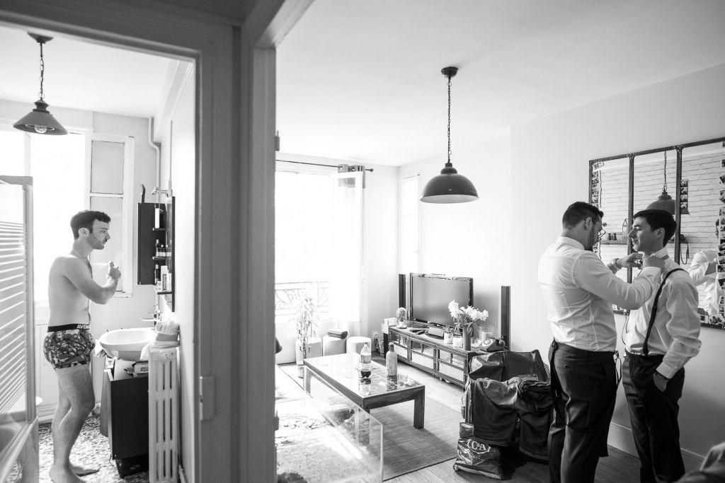 La préparation - Quand certains sortent de la douche, les autres s'habillent ! Photo ©Grégory Pichet. Trouvez le photographe de mariage qui correspond à votre style sur www.regardauteur.com #mariage #wedding #photographe #préparation #marié #garçonsdhonneur #noiretblanc #costumes