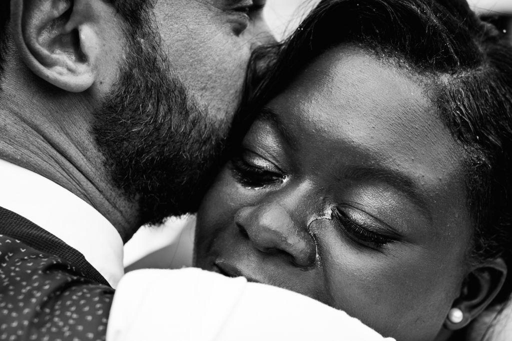 L'émotion - Quelques larmes et beaucoup de bonheur pour cette belle mariée ! Photo ©William Lambelet. Trouvez le photographe de mariage qui correspond à votre style sur www.regardauteur.com #mariage #wedding #photographe #couple #marié #mariée #larmes #émotion