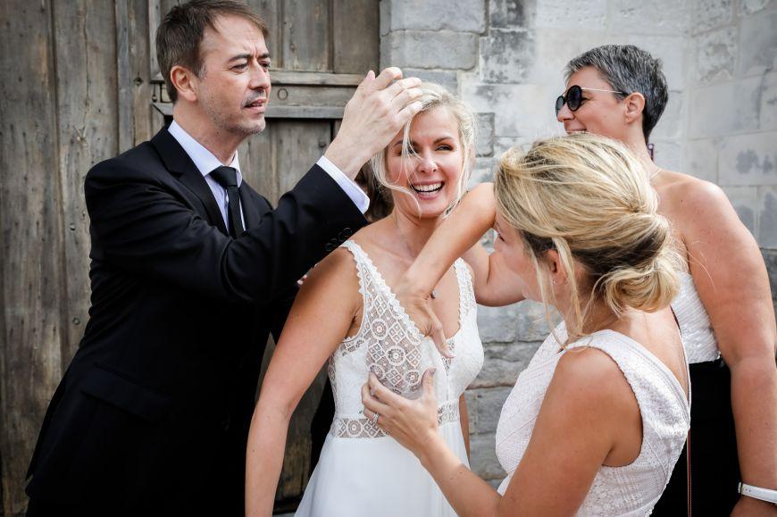 La robe - Derniers ajustements pour cette mariée avant de rentrer dans l'église !  Photo ©Julien Laurent-Georges. Trouvez le photographe de mariage qui correspond à votre style sur www.regardauteur.com #mariage #wedding #photographe #préparation #mariée #robe