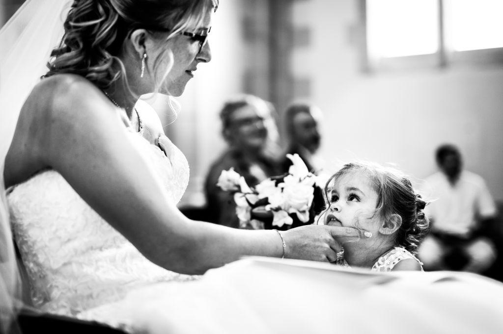 Les enfants - On adore cette photo de la mariée avec cette adorable petite fille ! Photo ©Franck Petit. Trouvez le photographe de mariage qui correspond à votre style sur www.regardauteur.com #mariage #wedding #photographe #groupe #famille #noiretblanc #enfants
