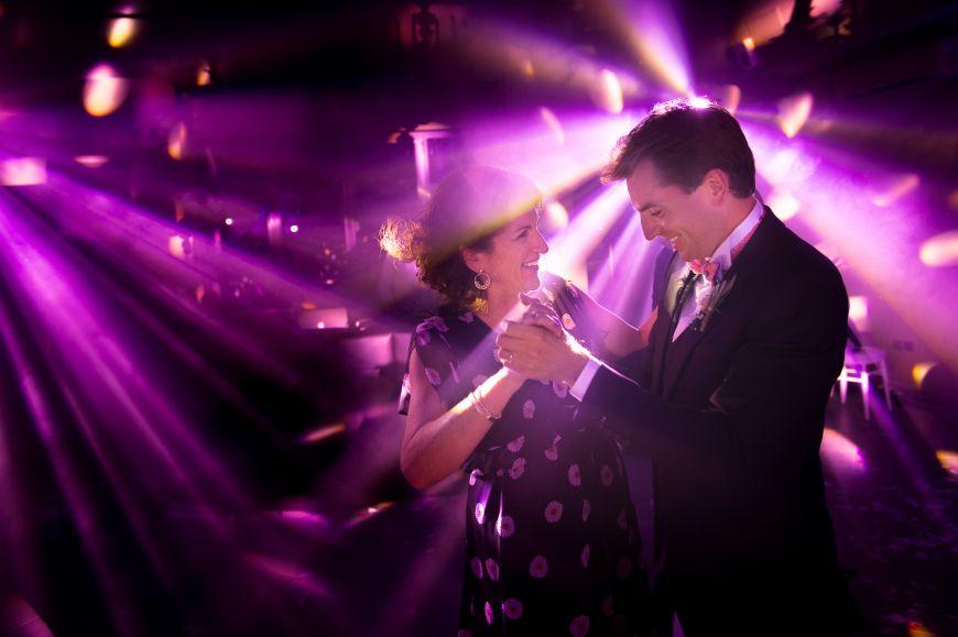 Première danse - Sous les rayons de lumières colorées, voici une superbe première danse pour ces amoureux ! Photo ©Sylvain Bouzat. Trouvez le photographe de mariage qui correspond à votre style sur www.regardauteur.com #mariage #wedding #photographe #couple #première #danse #lumières #projecteurs