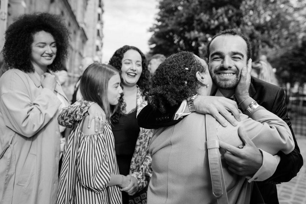 La famille - Une superbe photo de famille !  Photo ©Estelle Chhor. Trouvez le photographe de mariage qui correspond à votre style sur www.regardauteur.com #mariage #wedding #photographe #groupe #famille #noiretblanc