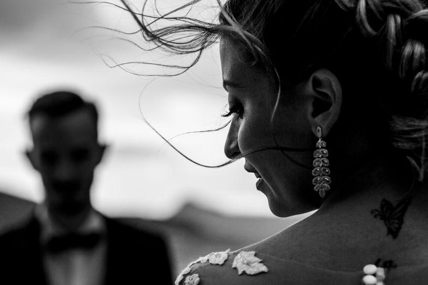 Photo de couple - On adore ce jeu entre le flou et la netteté !  Photo ©Marie Lou Photographie. Trouvez le photographe de mariage qui correspond à votre style sur www.regardauteur.com #mariage #wedding #photographe #couple #noiretblanc #netteté #flou #mariée #bouclesd'oreille